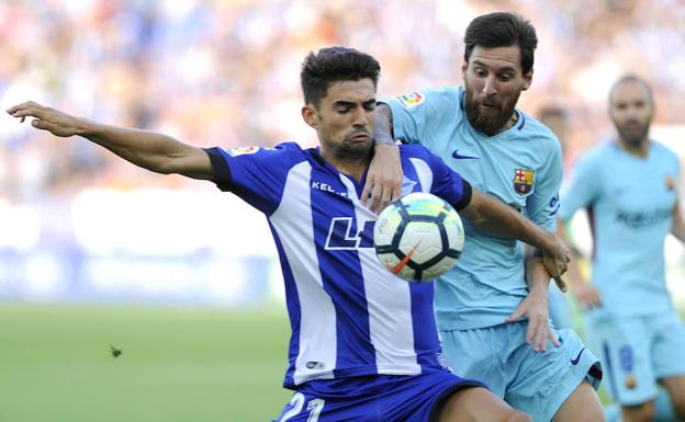 Enzo, en su debut, y Messi se disputan el balón.