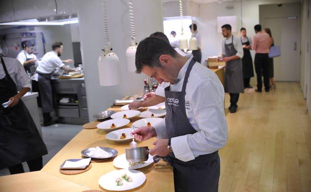 Josean Alija da el último toque a uno de sus platos. en el Nerua