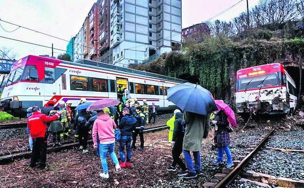 La imagen del rescate de los viajeros ilustra cómo el tren chocó con las rocas y descarriló. /Luis Calabor