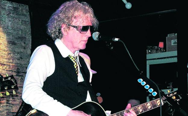Ian Hunter, 'frontman' de Mott the Hoople, durante un concierto./Mickeydb