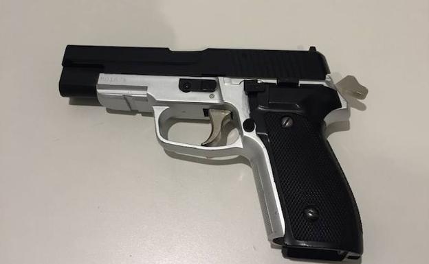 Pistola falsa incautada./E. C.