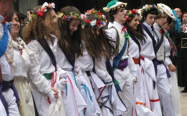 Salbatzaile taldeak urteak daramatza auzoan Euskal Herriko toki zehatz bateko inauteriaren inguruko ikuskizuna eskaintzen.