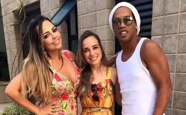 Deportivo: Ronaldinho se casará con sus dos novias a la vez