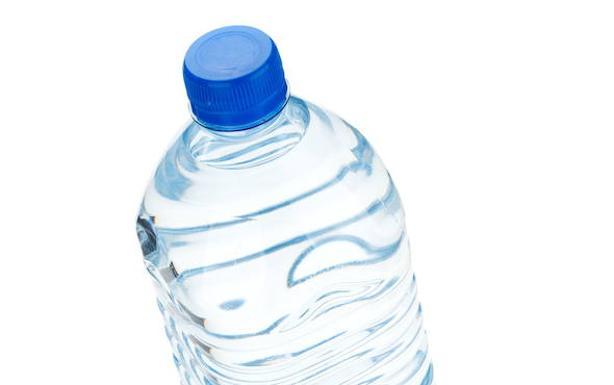 Salud amplía la retirada de agua envasada Aiguaneu a los supermercados Eroski