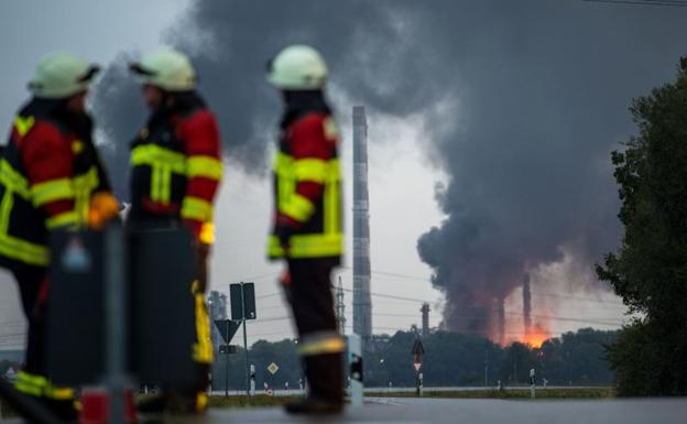 Nueve heridos por incendio en refinería en Alemania