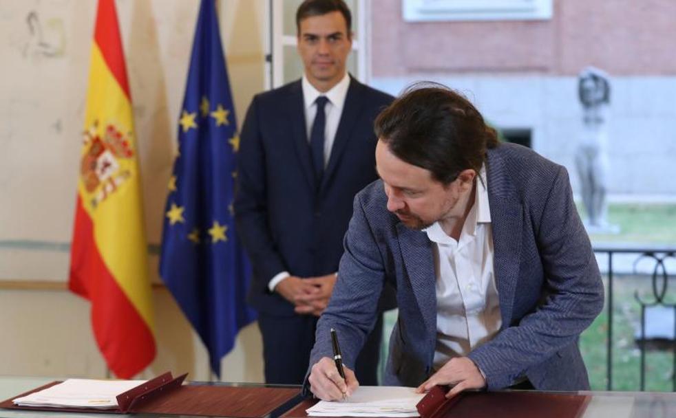 Sánchez e Iglesias pactan elevar el salario mínimo hasta los 900 euros