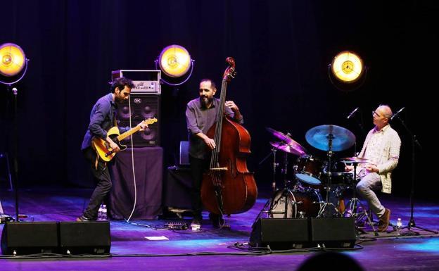 Julian Lage, Bassist Scott Colley und Schlagzeuger Kenny Wollesen.