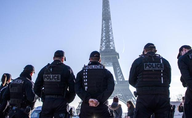 Sujeto acuchilla a tres personas en París y policía lo abate