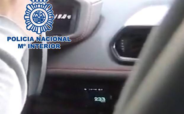 Detienen a un youtuber que se grabó conduciendo a 233 km/h