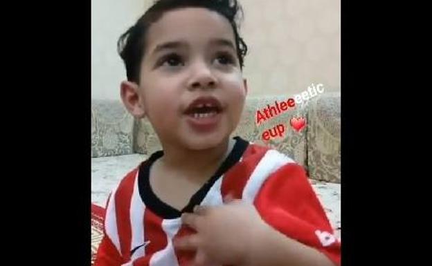 El pequeño es un gran seguidor del Athletic./Twitter