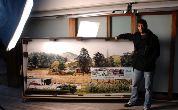Urzaiz posa con uno de los sus cuadros que compró en el año 2007.