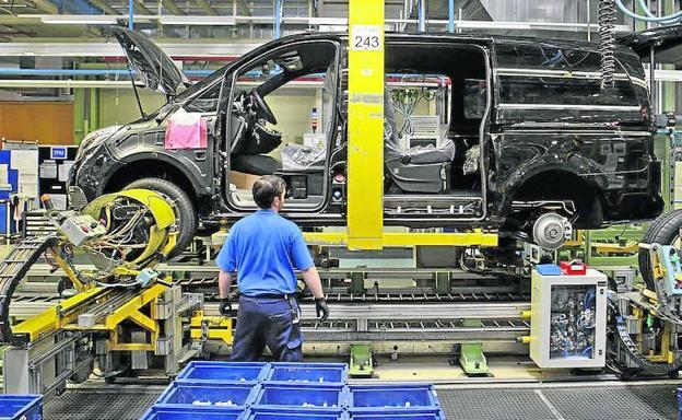 Un operario trabaja en la cadena de montaje de Mercedes en Vitoria.