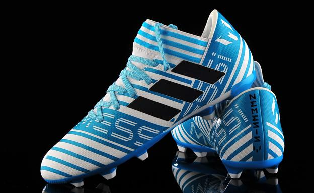 81b19544c5c8d Las botas de fútbol  de la punta de acero y pesar un kilo a la ...