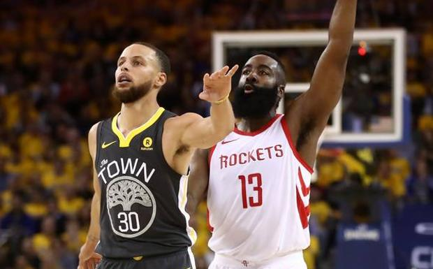 James Harden y Stephen Curry, durante el partido. /Afp