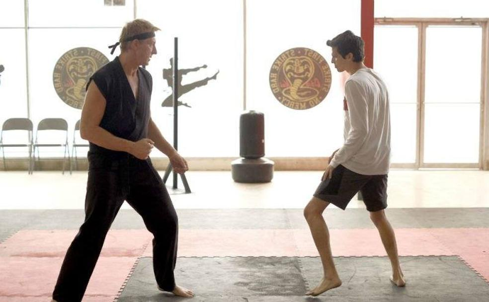 William Zabka y Xolo Maridueña en 'Cobra Kai' (2018)/