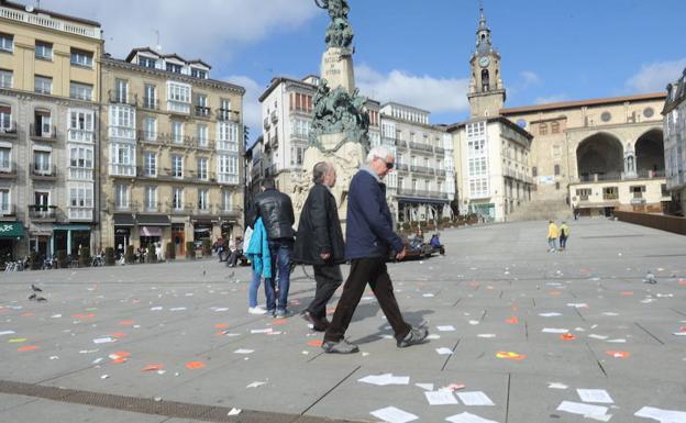 Un ciudadano observa la Virgen Blanca llena de papeles./Igor Aizpuru