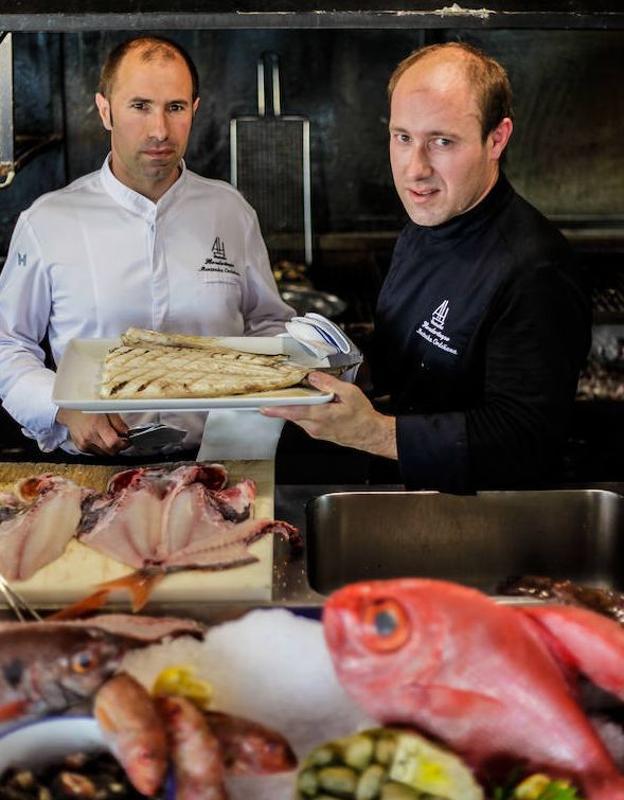 Iker y Jon Mentxaka, jefe de sala y cocinero del asador Hondartzape (Gorliz).