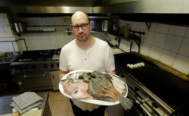 Joseba Zabala, en la cocina de su restaurate del Puerto Viejo,