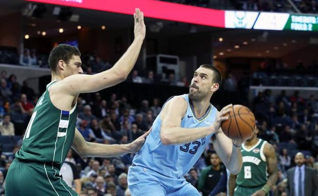 El jugador español Marc Gasol (dcha.) de los Memphis Grizzlies en acción ante la defensa de Brook Lopez (izda.) de Milwaukee Bucks.
