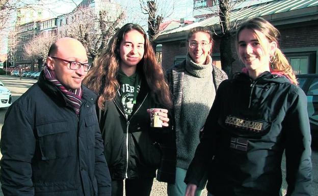 Jesús, con tres jóvenes que lo reconocieron al llegar al teatro de León donde dio sus primeros pasos, y le pidieron una foto.