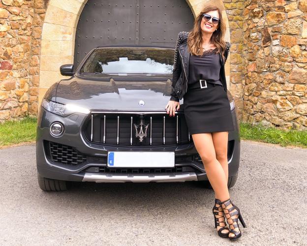 00b4b7aeaf Almudena Blanco posa con una minifalda y un top lencero negro