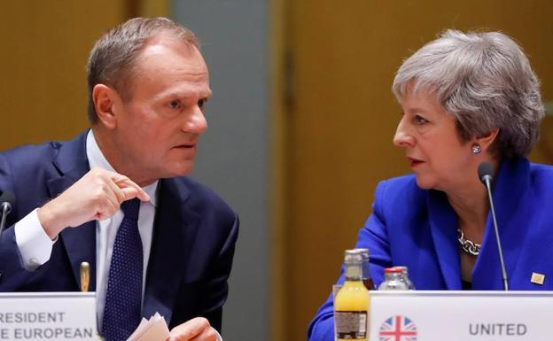Tusk (i) y May. /Efe