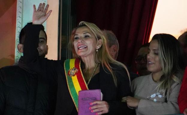 La opositora Jeanine Añez asume la Presidencia de Bolivia tras la dimisión de Morales