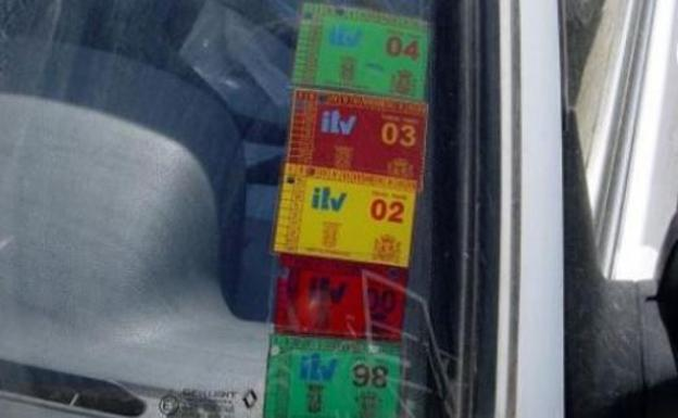 ¿Es obligatorio llevar la pegatina de la ITV en el parabrisas?