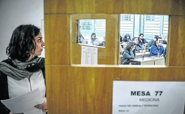 Alumnos y academias afrontan con malestar la reducción del tiempo y las preguntas del MIR