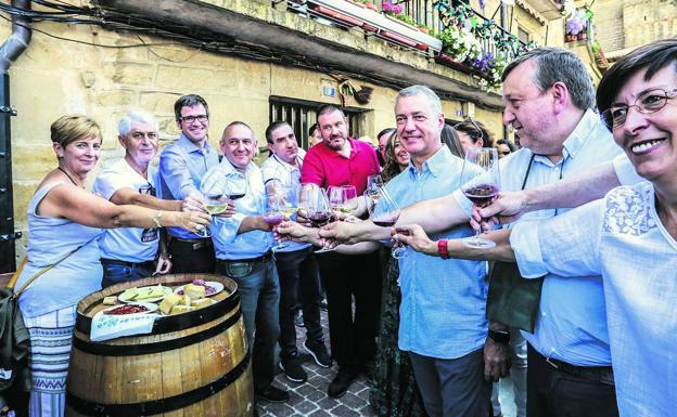 El lehendakari brinda en la fiesta de la vendimia con el diputado general, el presidente del ABB, alcaldes y consejeros vascos.