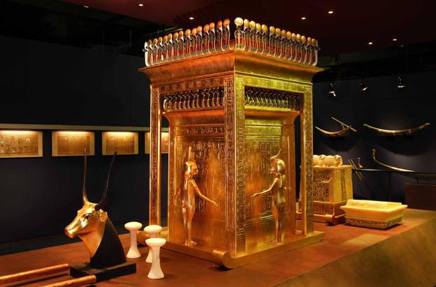 Las réplicas ofrecen todos los detalles del lujo que albergaba la tumba.