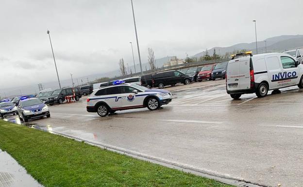 Dos patrullas de la Ertzaintza a su llegada a la factoría.
