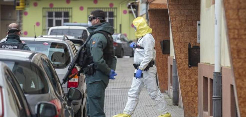 Impresionante despliegue de la Guardia Civil en Santoña para notificar el confinamiento a un grupo de familias