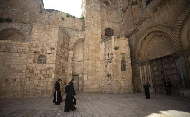 Only the monks and with a mask was this Wednesday in the Church of the Holy Sepulcher in Jerusalem.