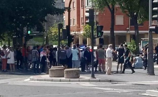 Muchedumbre arremolinada ayer en la Avenida de Los Huetos.