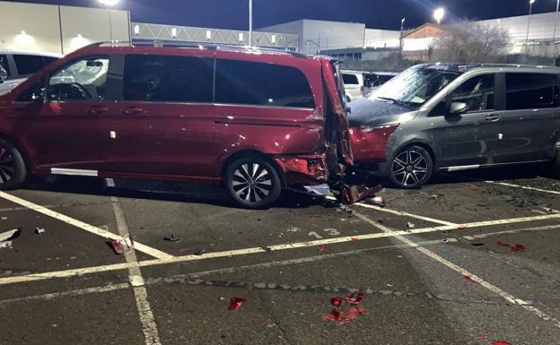 Un extrabajador de Mercedes destroza con una excavadora 70 furgonetas en el parking de la empresa en Júndiz