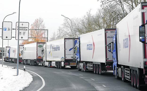 The long queue of trucks that got stuck reached the access road to the Vitoria airport.