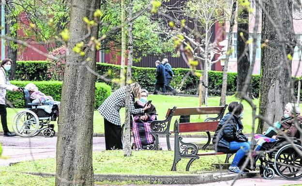 Hasta dos familiares podrán compartir tres visitas semanales y dos paseos por los alrededores con sus mayores./pankra nieto