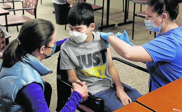Un menor de Michigan recibe la vacuna Pfizer-BioNTech, autorizada en EE. UU. Desde el 10 de mayo entre los 12 y los 15 años.