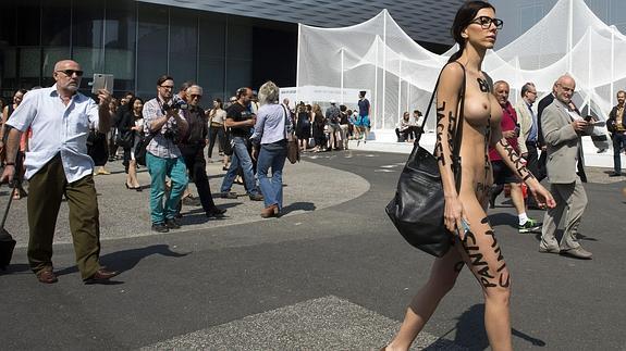 Milo Moiré Camina Desnuda Por Basilea El Correo